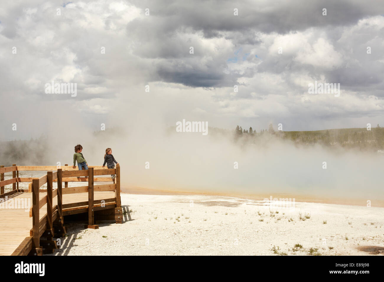 Kinder betrachten Geysire im Yellowstone Stockbild