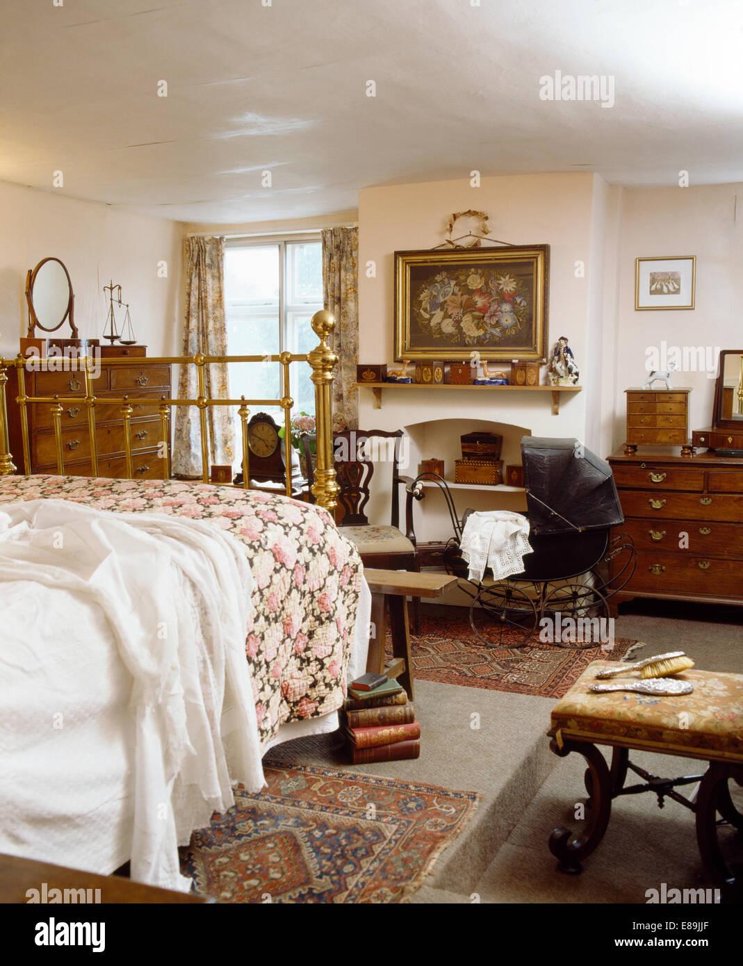 Rose gemustert Quilt auf antikem Messingbett im viktorianischen Stil ...