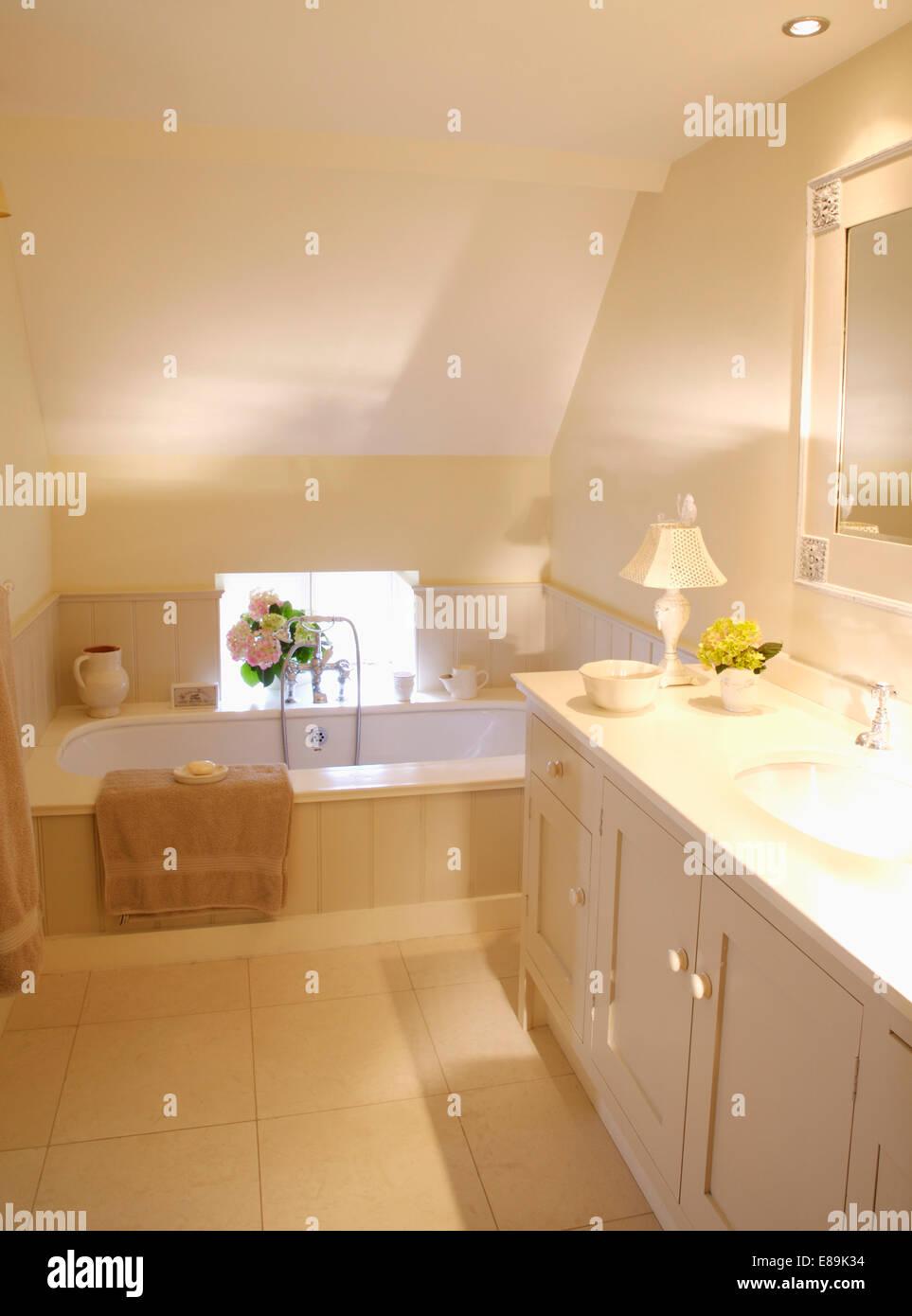 Creme Boden Fliesen in modernen Dachgeschoss Badezimmer mit ...