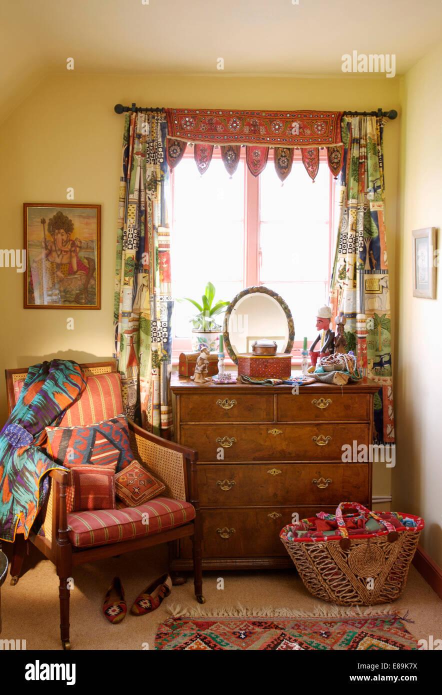 Indische gespiegelten Stoff und Patchwork Vorhänge am Fenster über ...