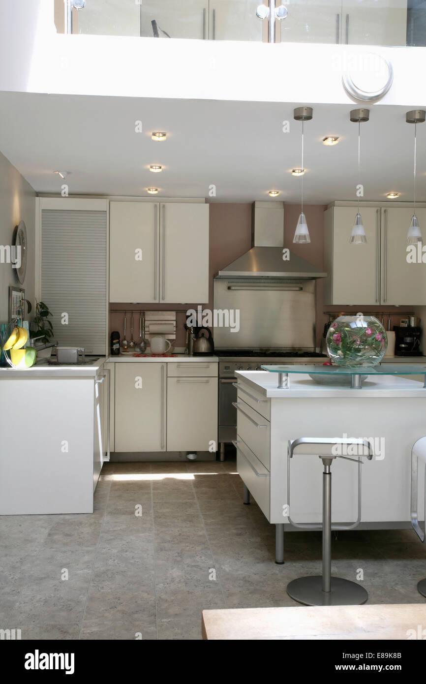 einbauleuchten in moderne wei e k che mit grauer granitboden und rechteckigen insel einheit. Black Bedroom Furniture Sets. Home Design Ideas