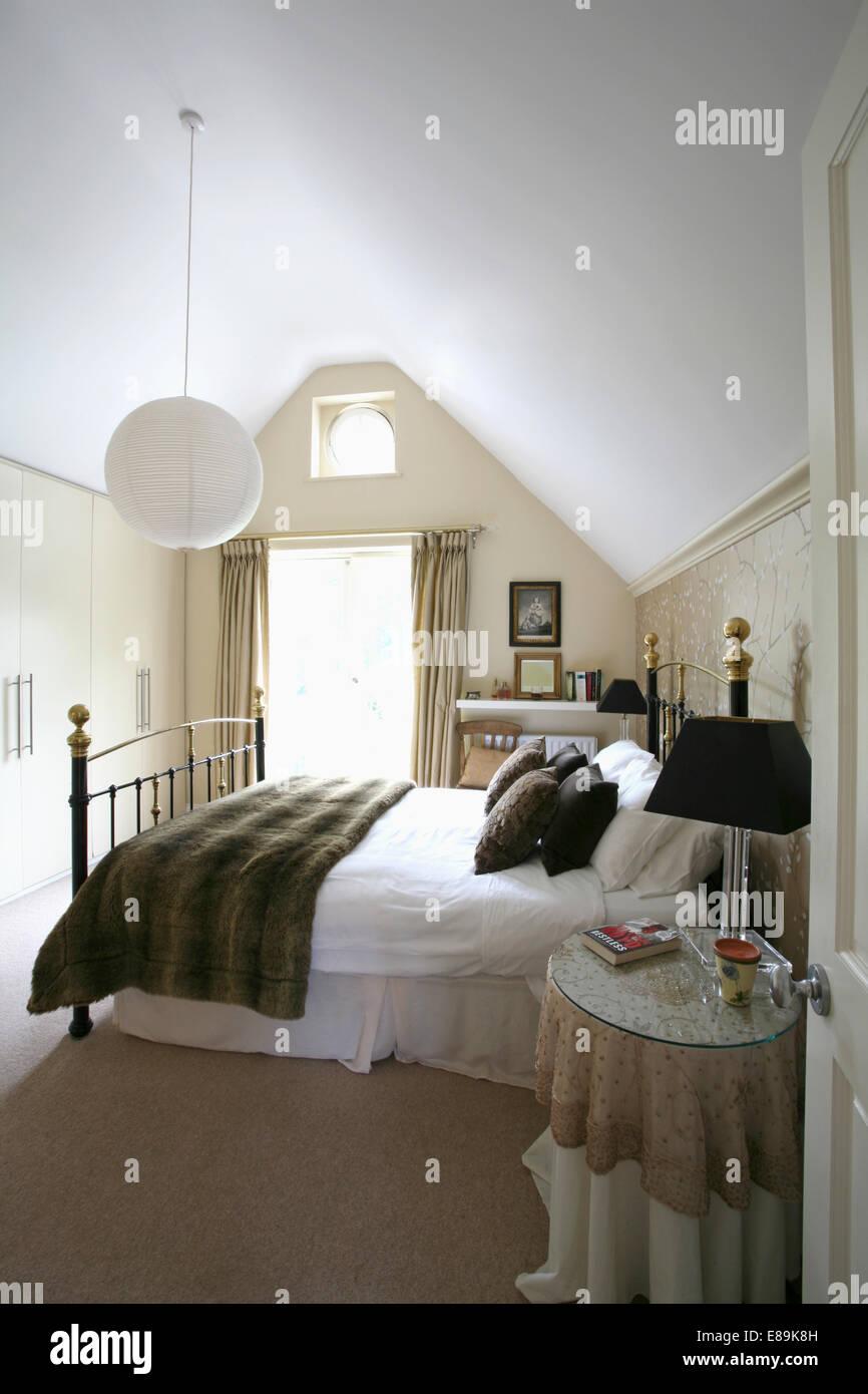 Verschiedene Schlafzimmer Teppich Dekoration Von Kunstpelz Werfen Und Weißem Leinen Auf Antikem