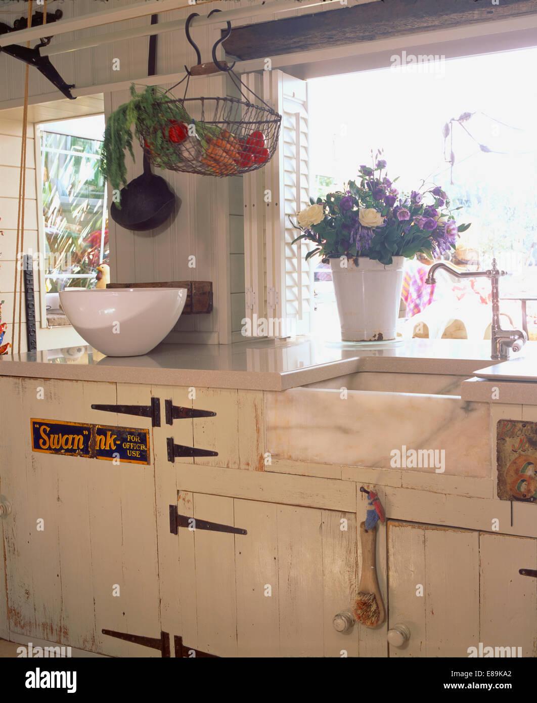 Keramische Butler Waschbecken in Creme Cottage-Küche mit ...