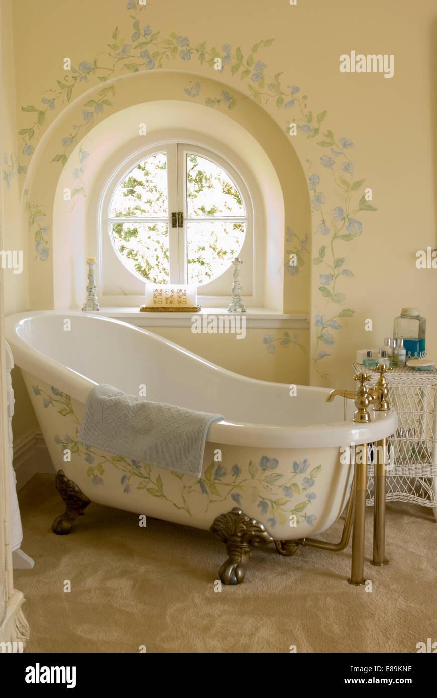 Fesselnd Creme Bad Mit Floraler Bemalung Auf Rolltop Bad Vor Kreisrundes Fenster Mit  Passenden Dekoration An Wand