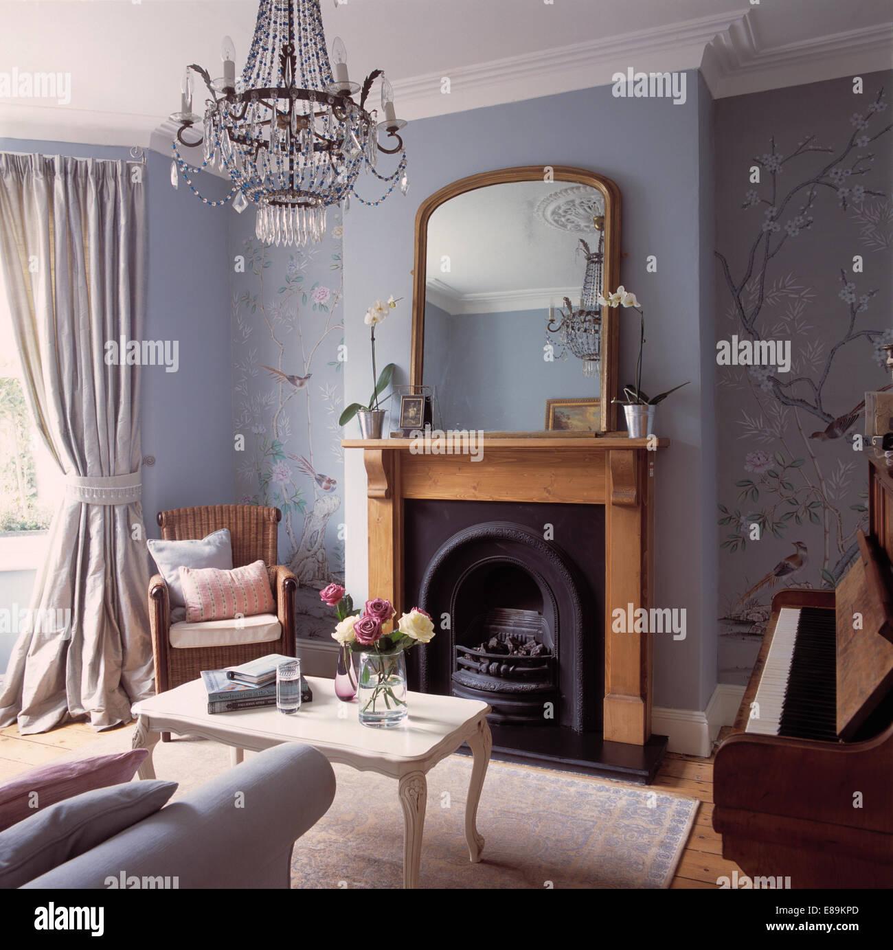 Große antike vergoldete Spiegel über Kiefer Kaminsims im Wohnzimmer ...