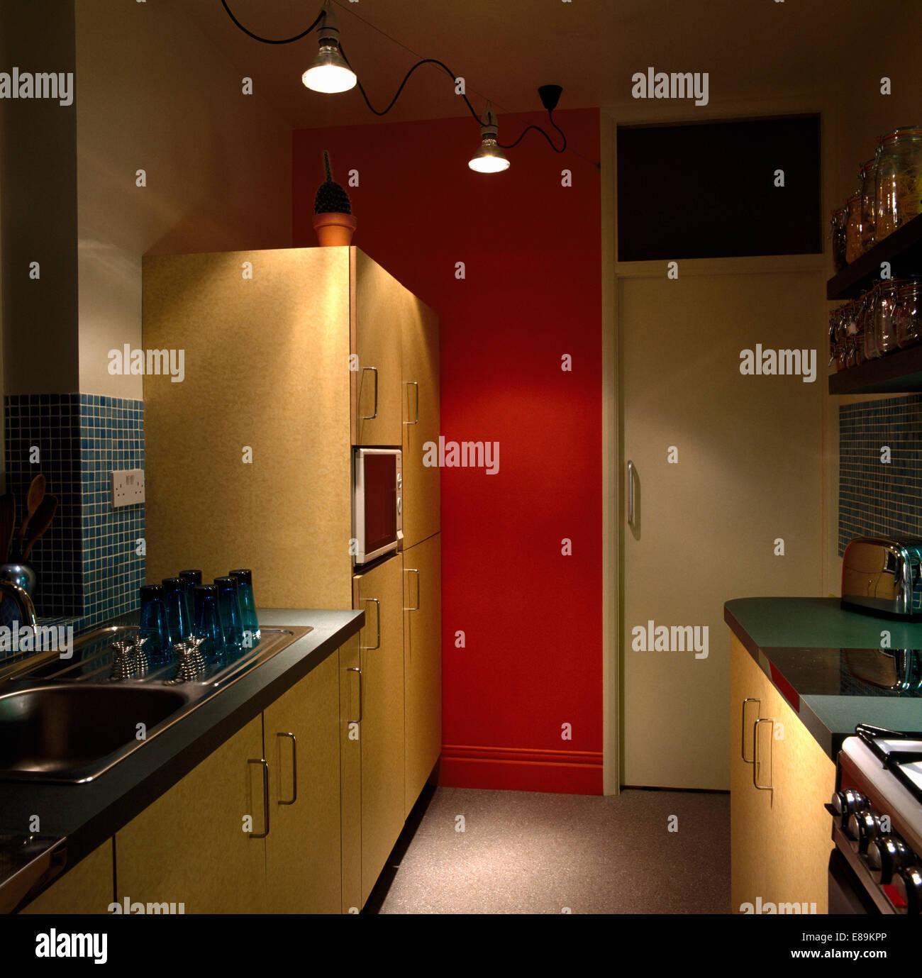 Hängende Beleuchtung in modernen roten Pantry-Küche mit großen ...