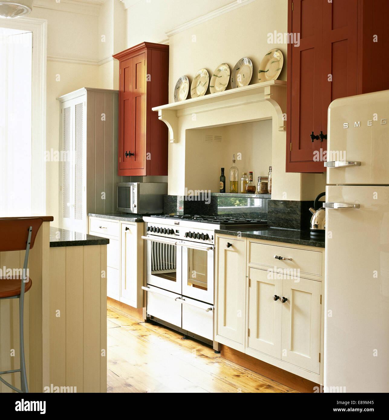 herd und smeg k hlschrank im bauernk che mit shaker stil ausgestattete einheiten stockfoto bild. Black Bedroom Furniture Sets. Home Design Ideas