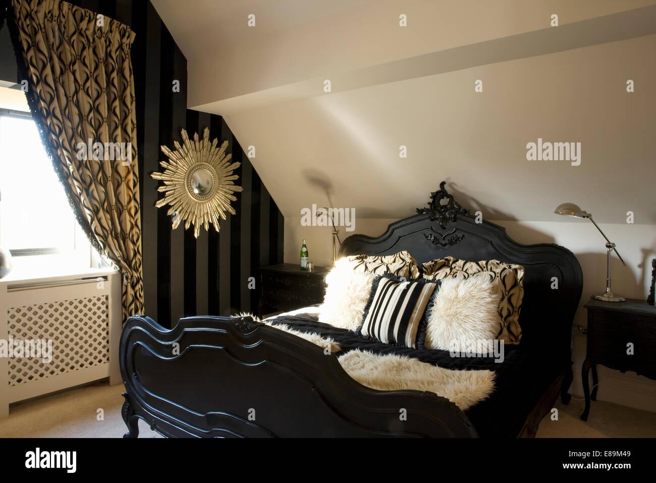 Zeitgenössischen Stil Schwarz Bett Mit Kunstpelz Kissen Im Loft Conversion  Schlafzimmer Mit Schwarz + Gold Gemusterten Vorhang