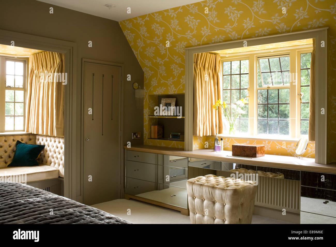 Gepolsterte hocker an montierten gespiegelten schminktisch unter fenster im land schlafzimmer - Schlafzimmer mit schminktisch ...