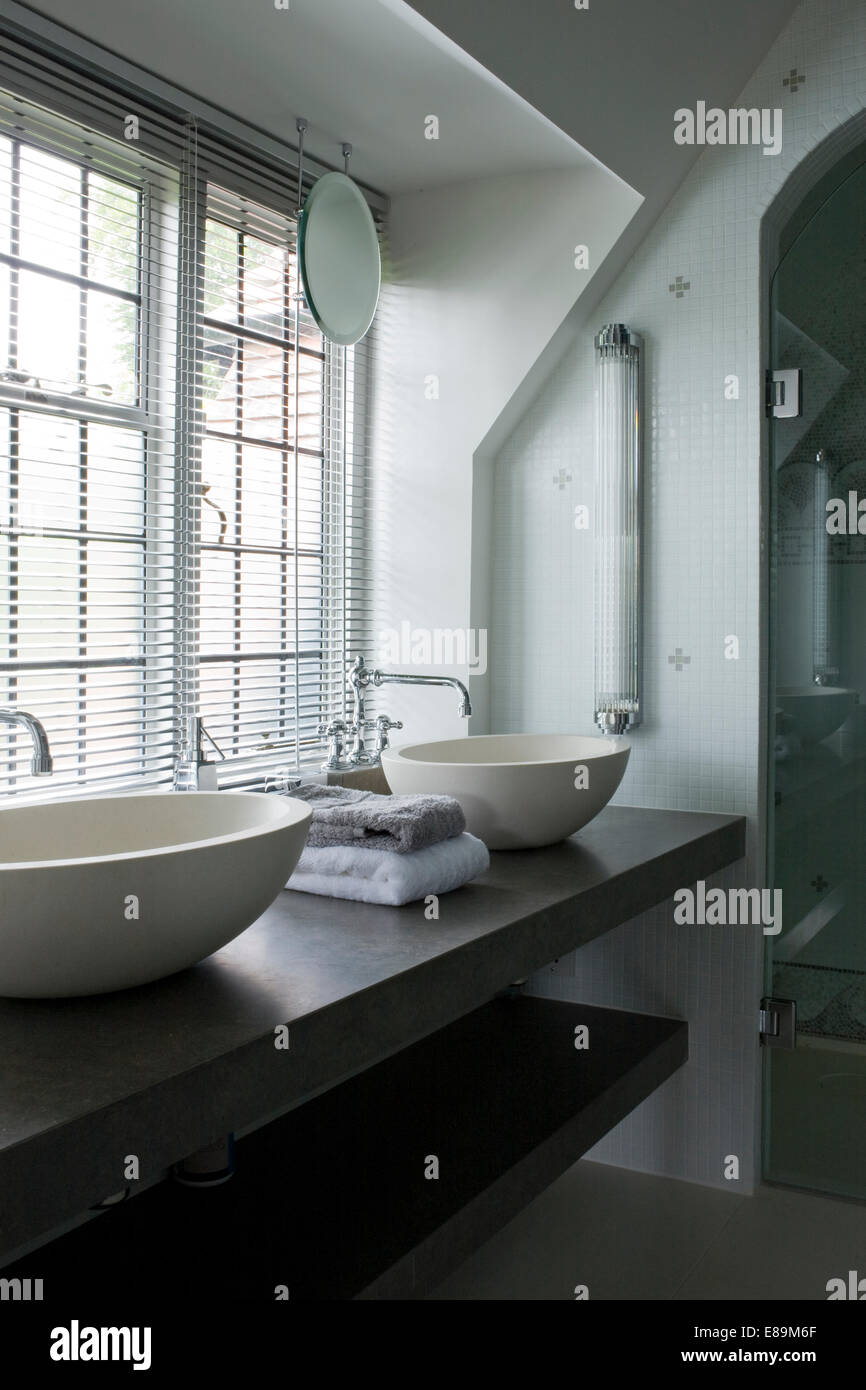 bathroom blind monochromatic stockfotos bathroom blind monochromatic bilder alamy. Black Bedroom Furniture Sets. Home Design Ideas