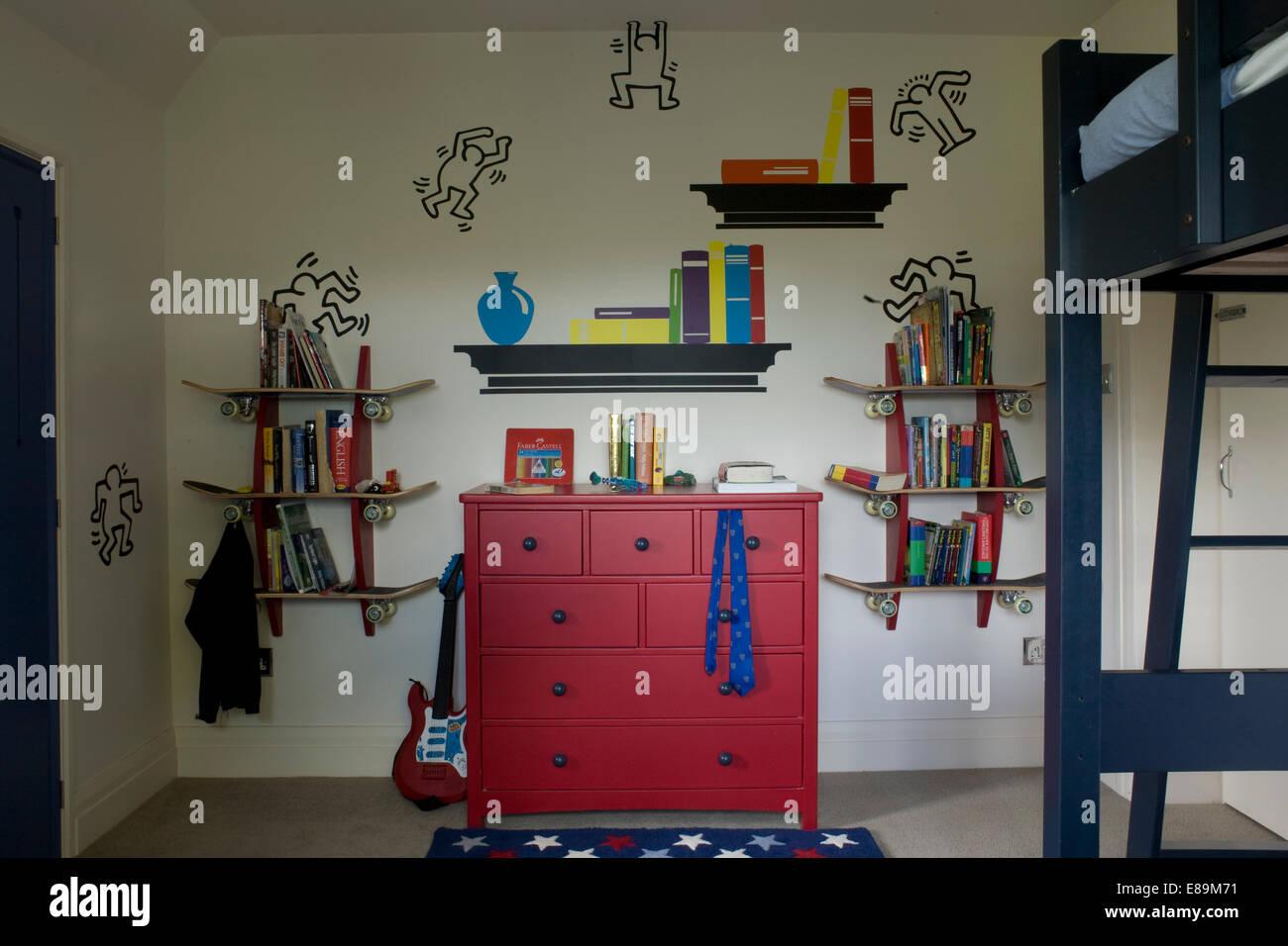 Bücher über Skate Board Regalen über Rote Kommode Im Schlafzimmer Des Jungen
