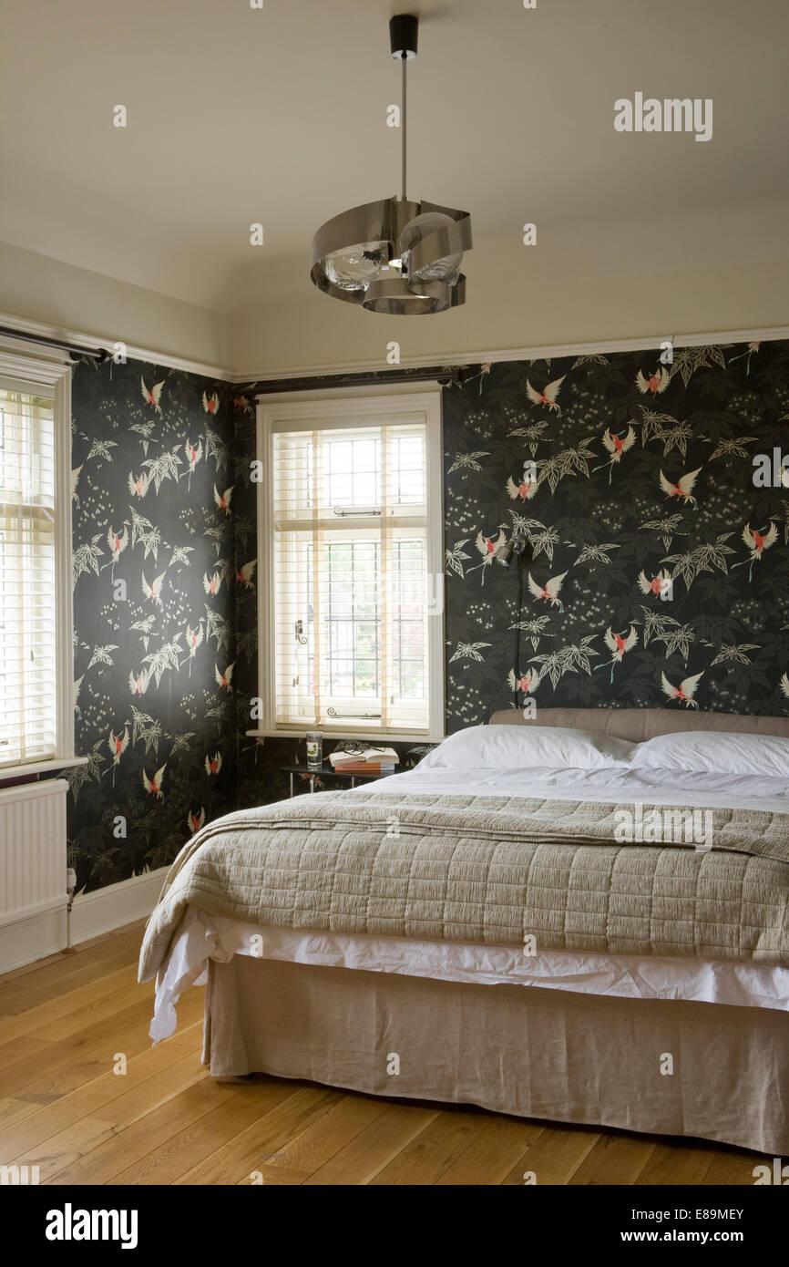 Graue Floral Gemusterten Tapeten In Modernen Schlafzimmer Mit Doppelbett  Beige Seide Quilt