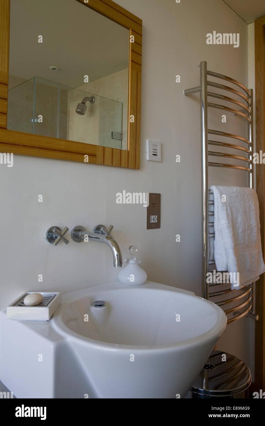 Spiegel über Wand montiert Armatur über Waschbecken im modernen