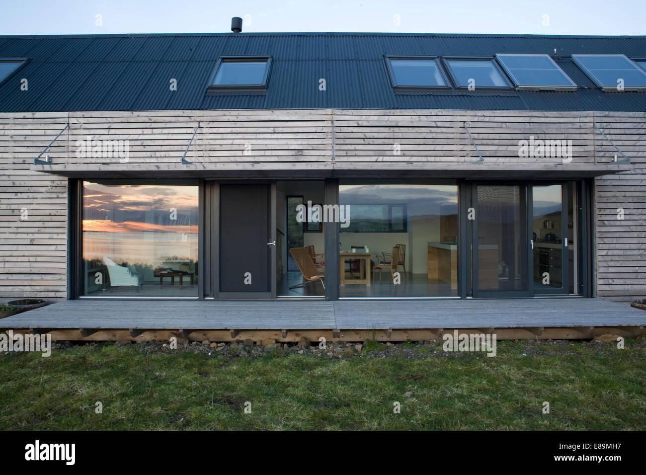 au enseite des modernen holzhaus mit berdachten terrasse und glast ren stockfoto bild. Black Bedroom Furniture Sets. Home Design Ideas