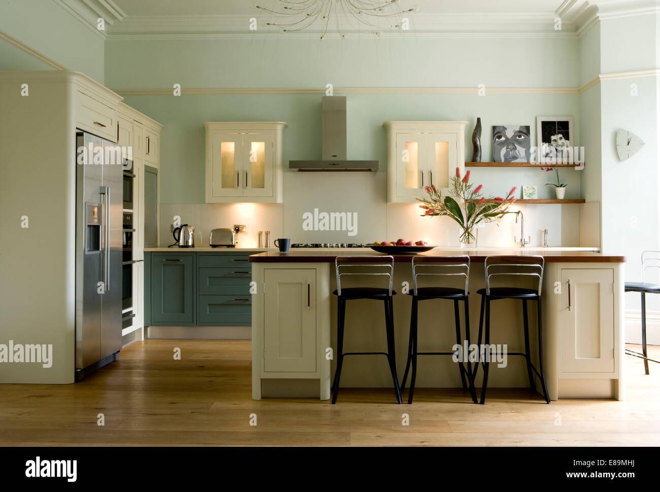 Barhocker bei Kochinsel Frühstücksbar in modernen Küche mit ...