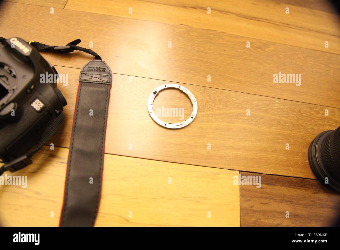 Holzfußboden Legen ~ Teile eines gebrochenen canon 50d dslr kamera auf einem holzfußboden