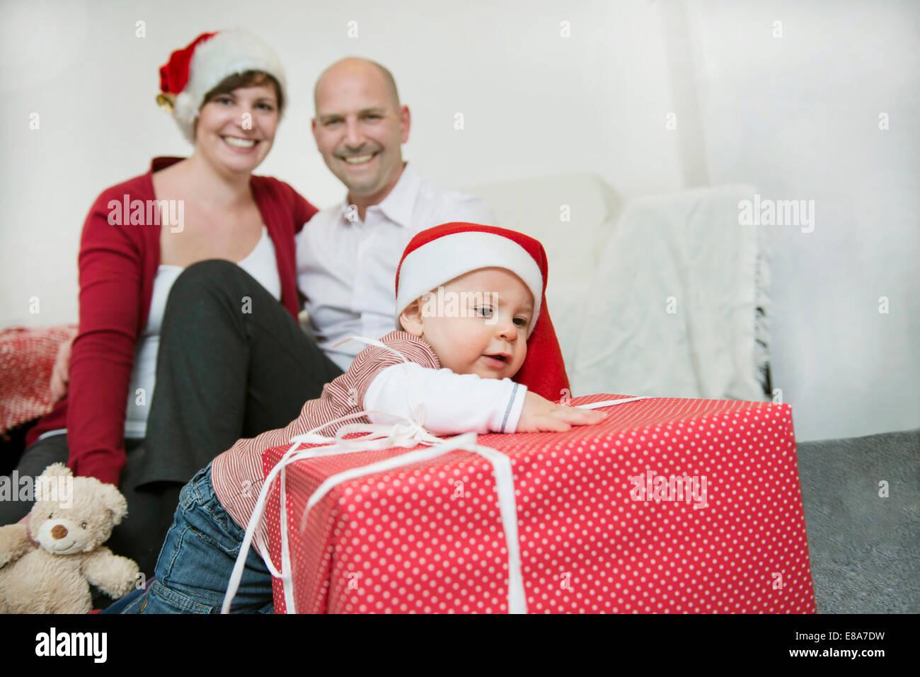 Familie feiert Weihnachten mit Weihnachten Kappen und ...