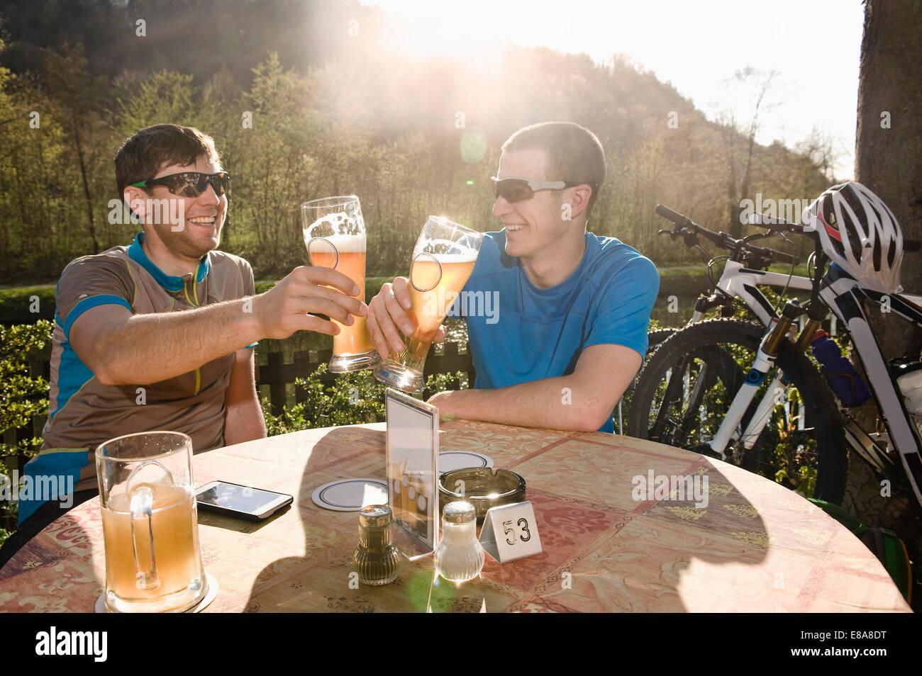 Junge Männer trinken Bier, Bayern, Deutschland Stockbild