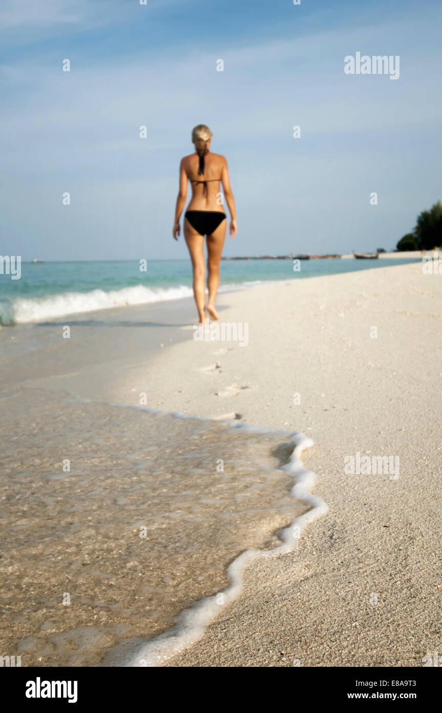 Frau zu Fuß am Strand, Koh Lipe, Thailand Stockfoto