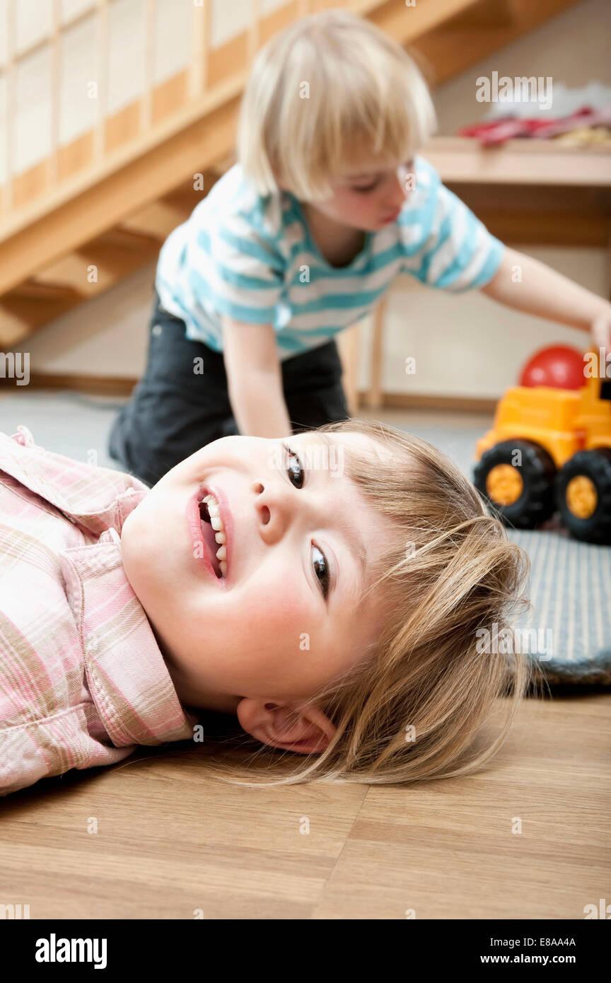 Kleine Mädchen und Jungen spielen im kindergarten Stockbild