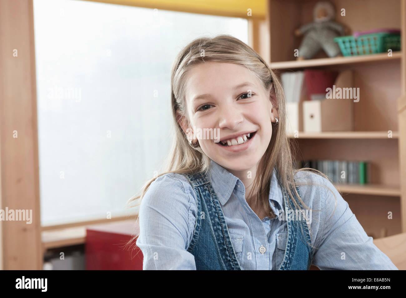 Porträt des Lächelns Schulmädchen mit laptop Stockbild