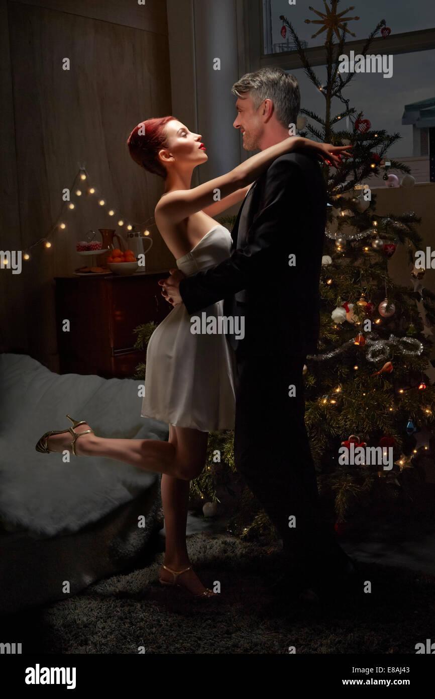 Mann und Frau Tanzen Weihnachtsbaum Stockbild