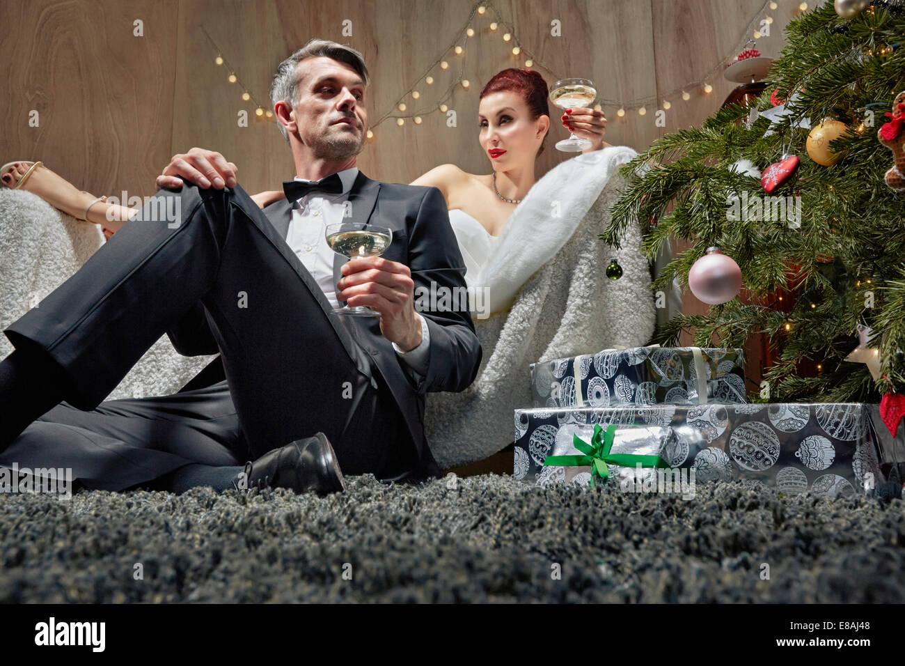 Mann und Frau am Weihnachtsbaum Stockbild
