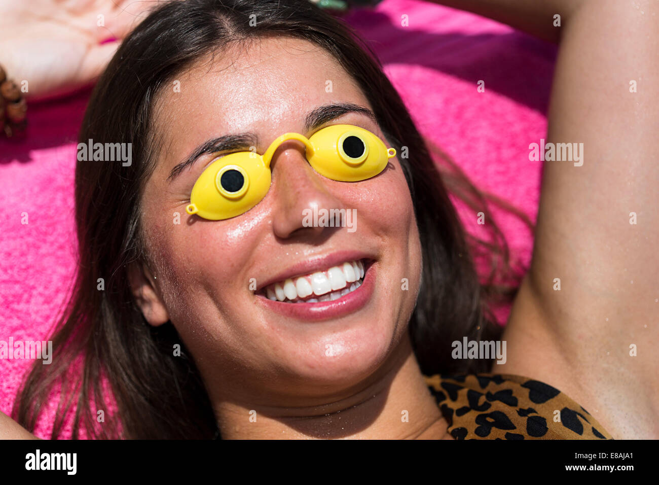Porträt der jungen Frau, Sonnenbaden, Schutzbrille tragen Stockbild