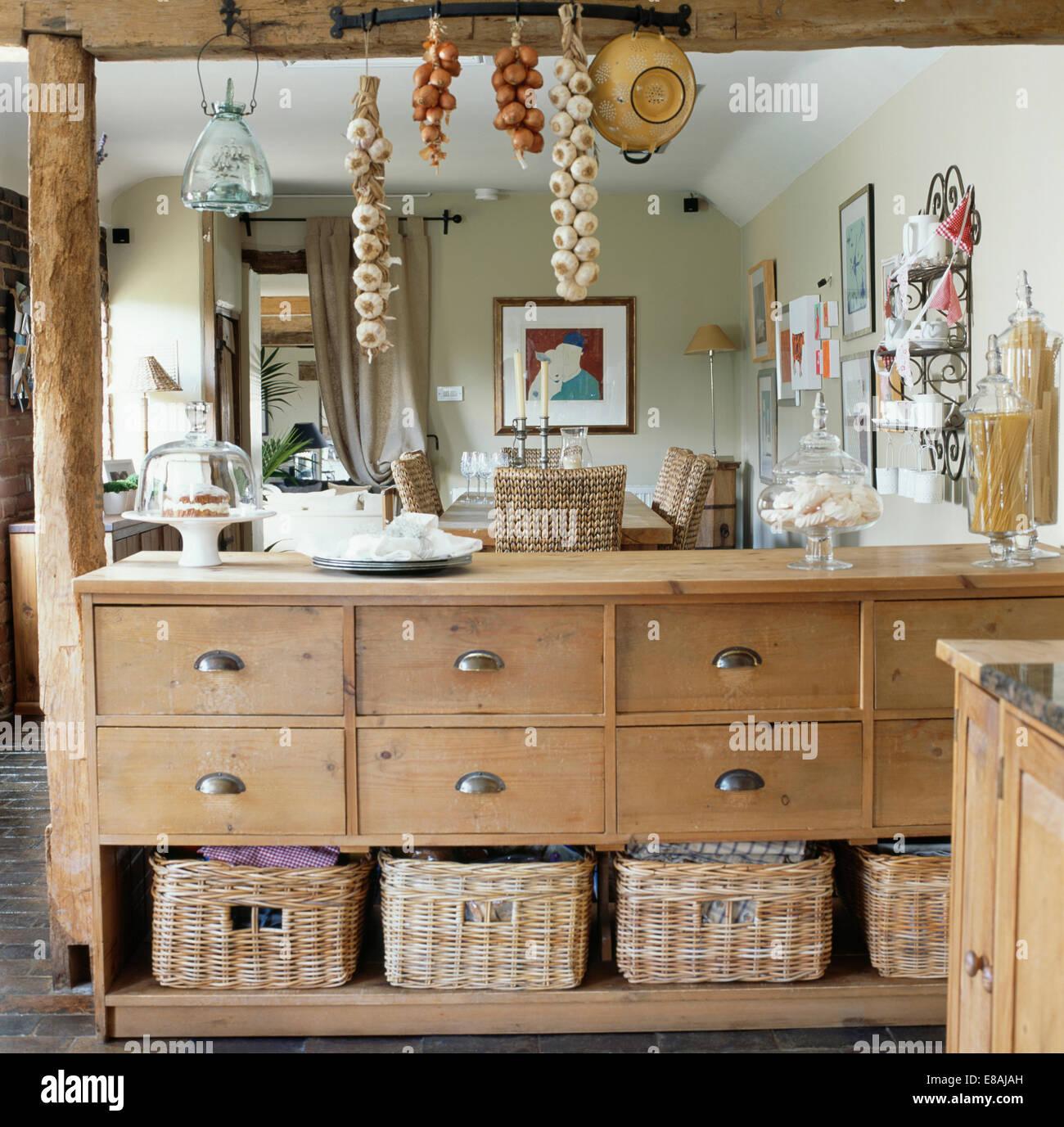 Verzauberkunst Esszimmer Schrank Sammlung Von Aufbewahrung Körbe Auf Alten Kiefer Teilung Cottage-küche
