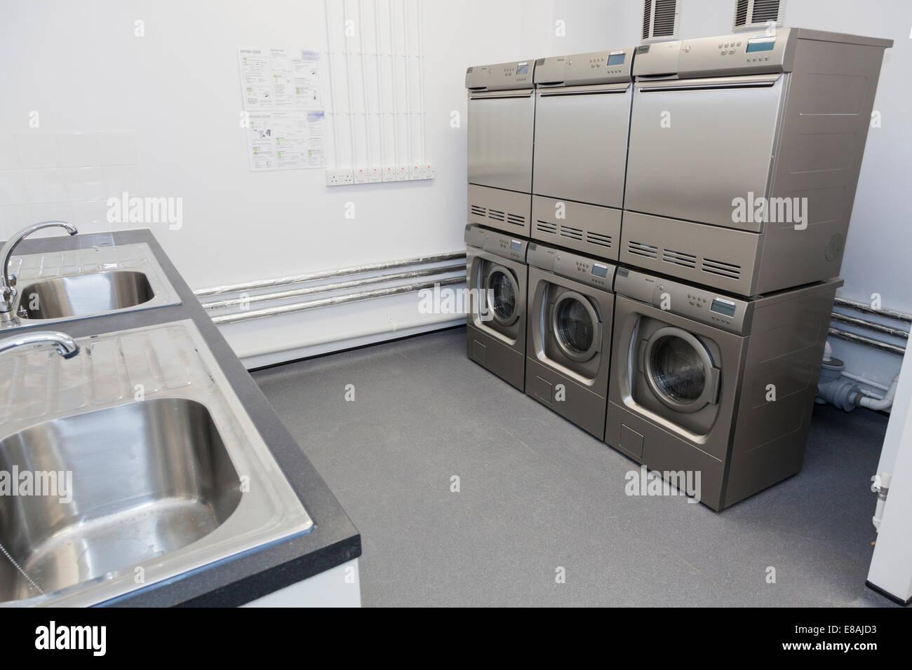 Gemeinschaftliche waschküche mit waschmaschinen und wäschetrockner