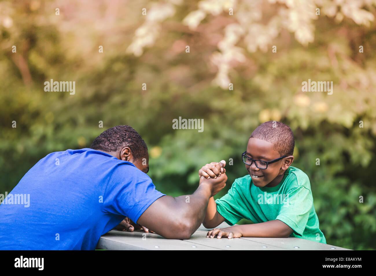Armdrücken Vater mit Sohn im Parkland Eco camp Stockbild