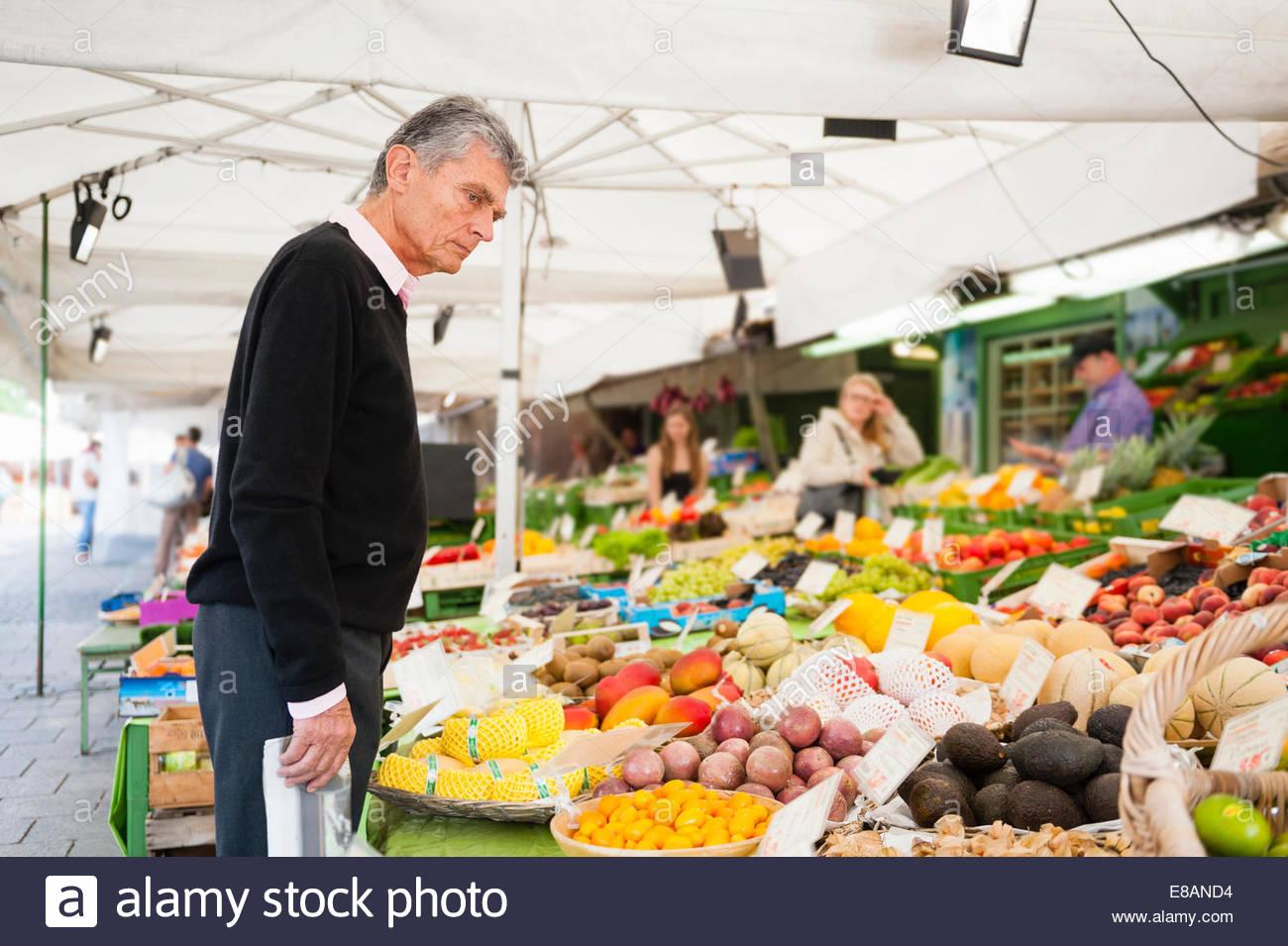 Senior woman Surfen, Obst und Gemüse am Marktstand Stockbild