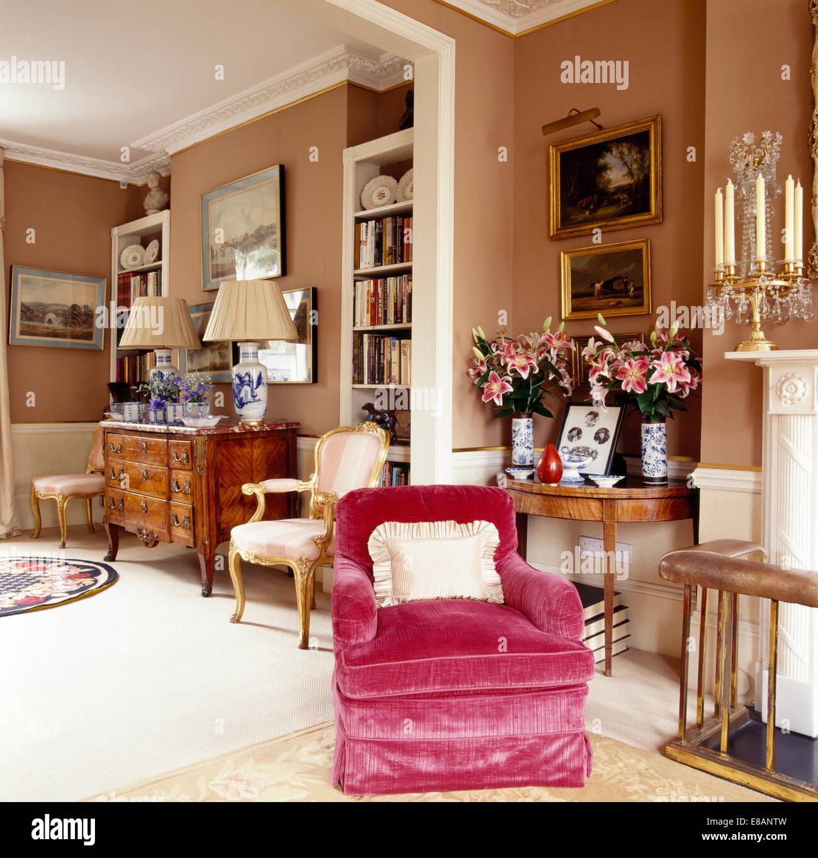 Wunderbar Rosa Samt Gepolsterten Sessel Im Wohnzimmer Eleganten Stadthaus Mit Vasen  Aus Rosa Lilien Auf Antiker Tisch
