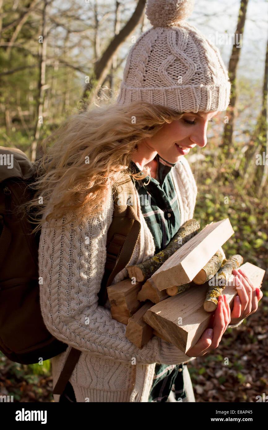Frau sammeln Holz für das Feuer, Meer Stockbild