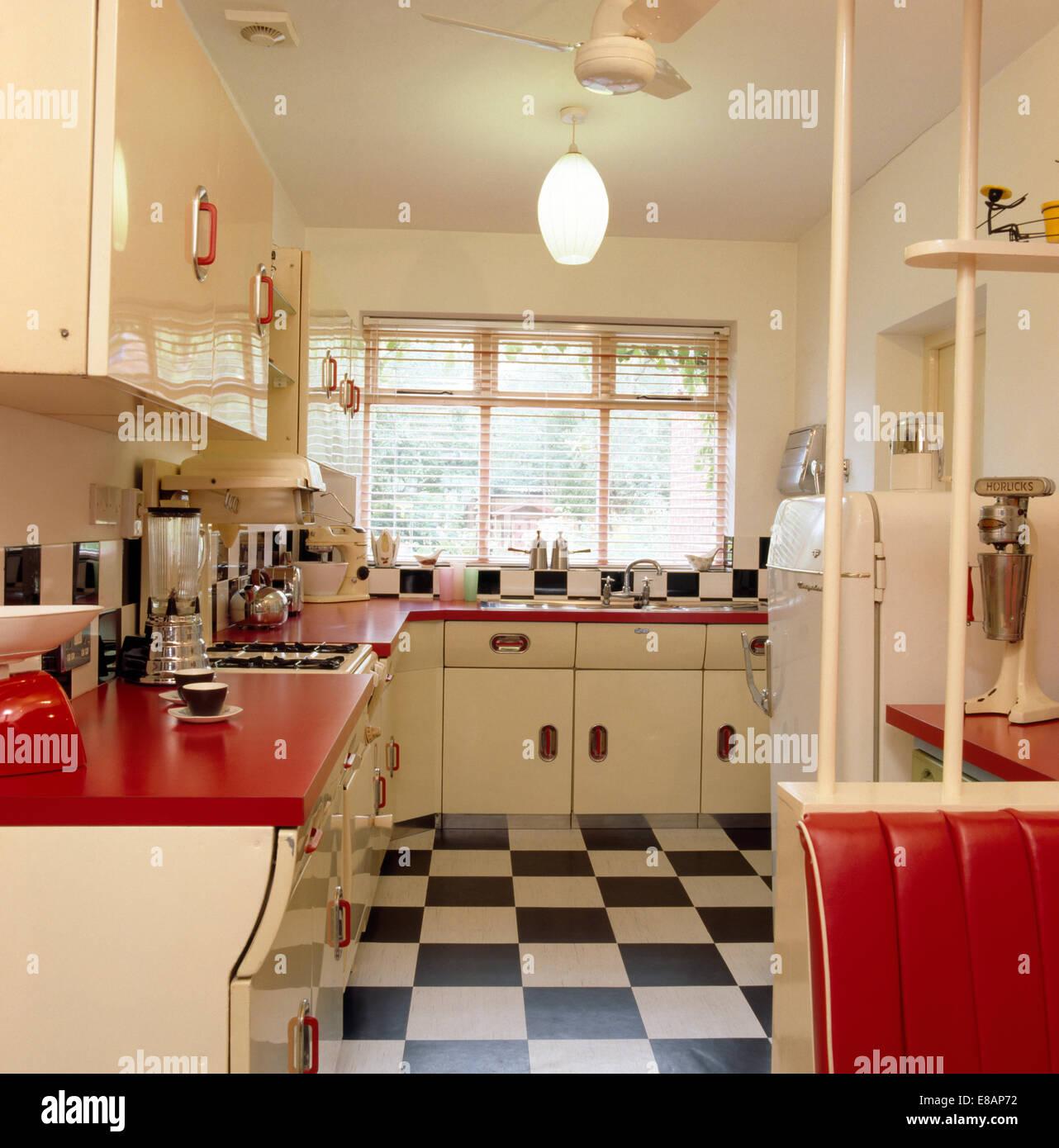 schwarz wei gefliesten vinylboden 50er jahre k che mit roten arbeitsplatten auf wei en. Black Bedroom Furniture Sets. Home Design Ideas