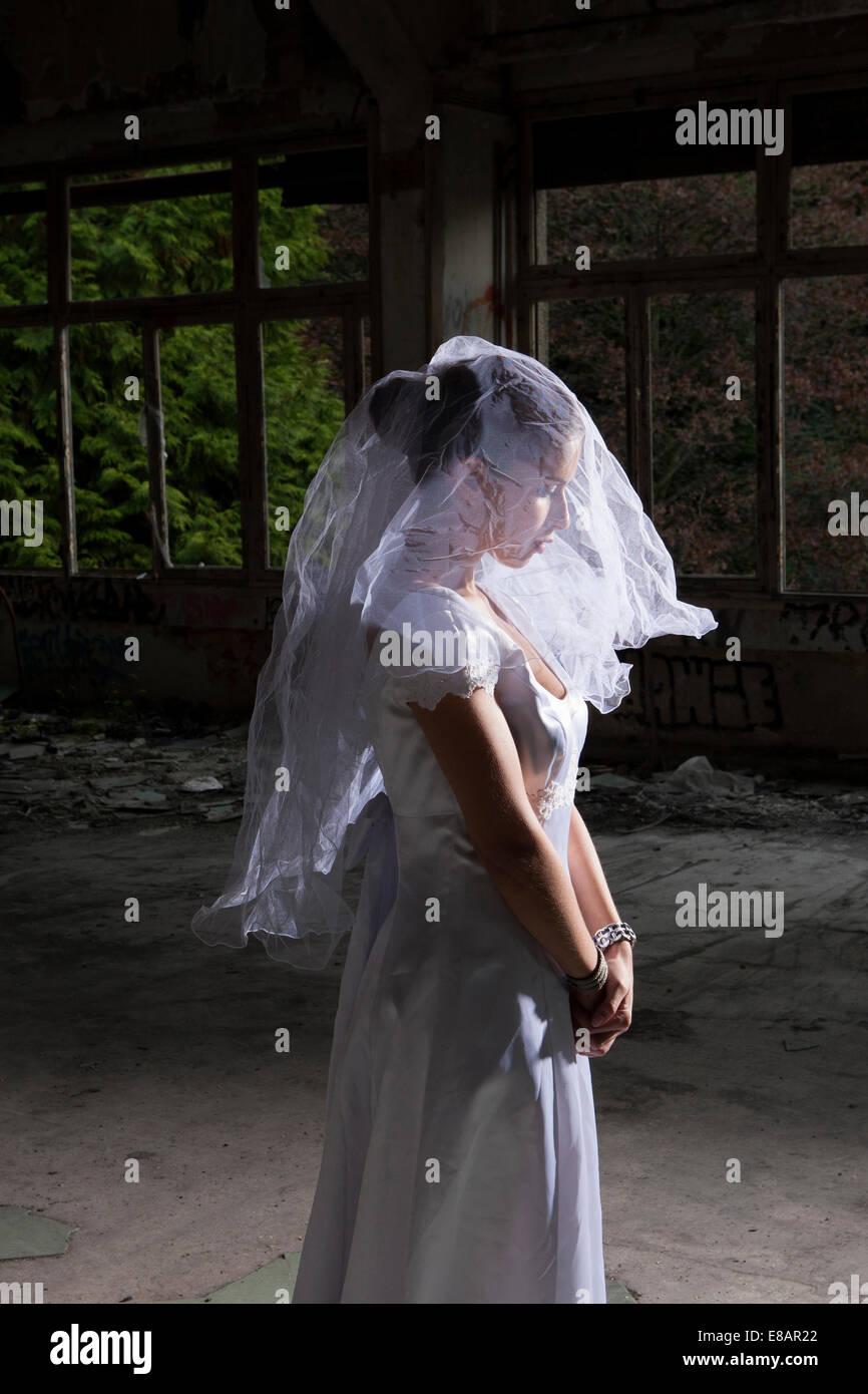 Porträt der Braut im leeren verlassenen inneren Stockbild