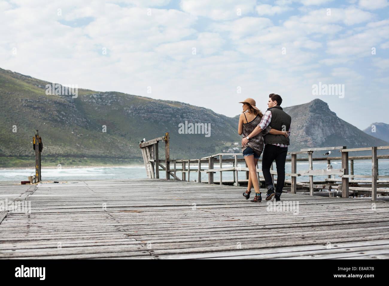 Junges Paar schlendern entlang alten Pier, Cape Town, Western Cape, Südafrika Stockfoto