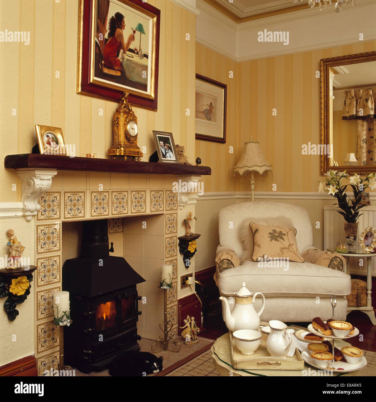 Tee Set Auf Tisch Mit Dekorfliesen Und Holzofen Kamin Ofen Im Wohnzimmer  Mit Gestreifte Tapete