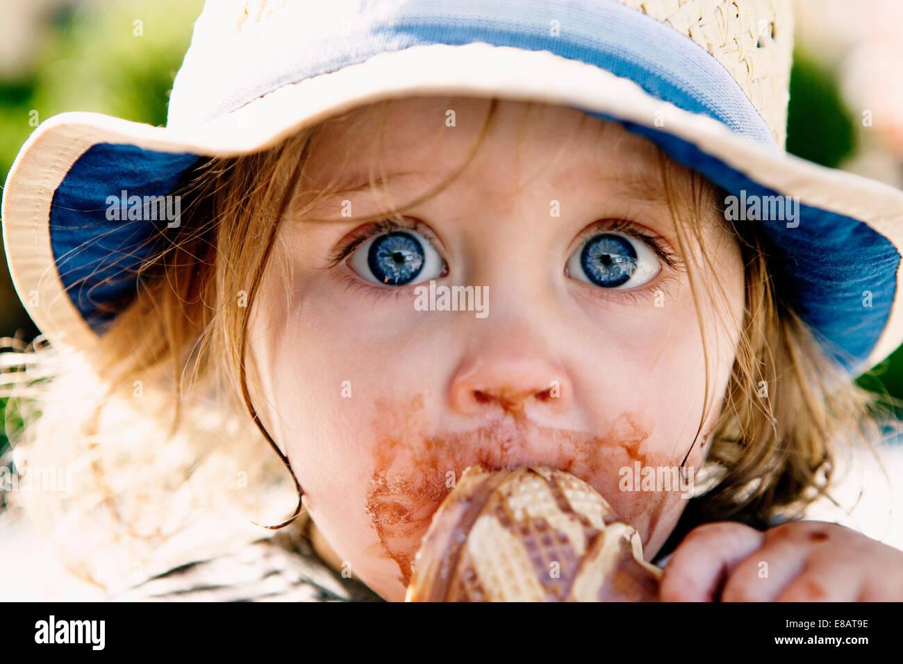 Junges Mädchen essen Eiscreme-Kegel Stockfoto