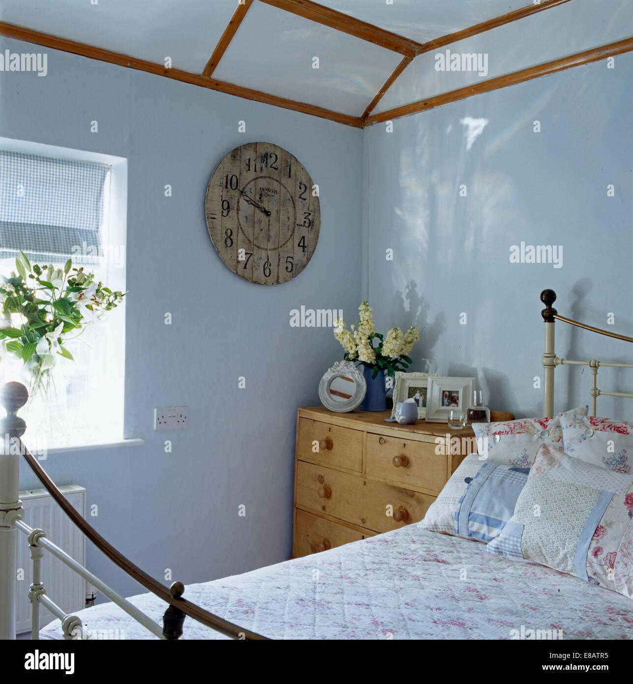 Alte Runde Holzerne Uhr An Wand In Blass Blaues Haus Schlafzimmer