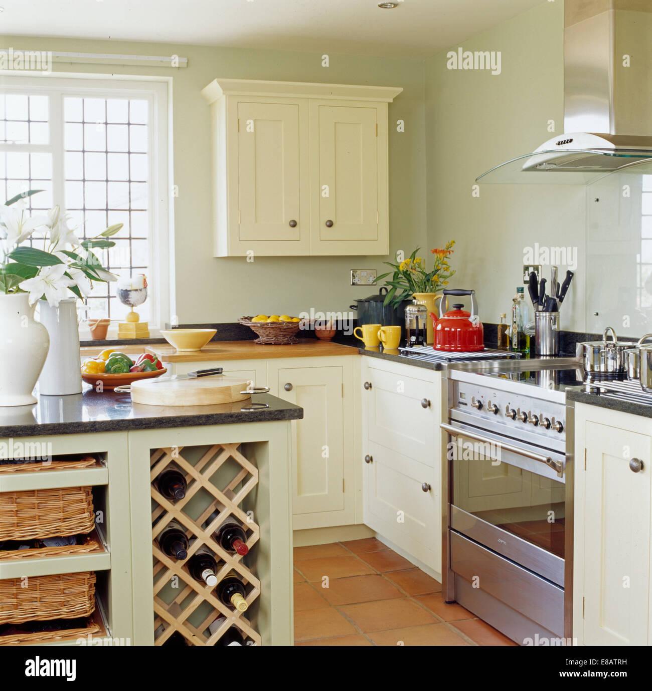 Weinlagerung in Insel-Einheit im Cottage-Küche mit Edelstahl-Herd ...