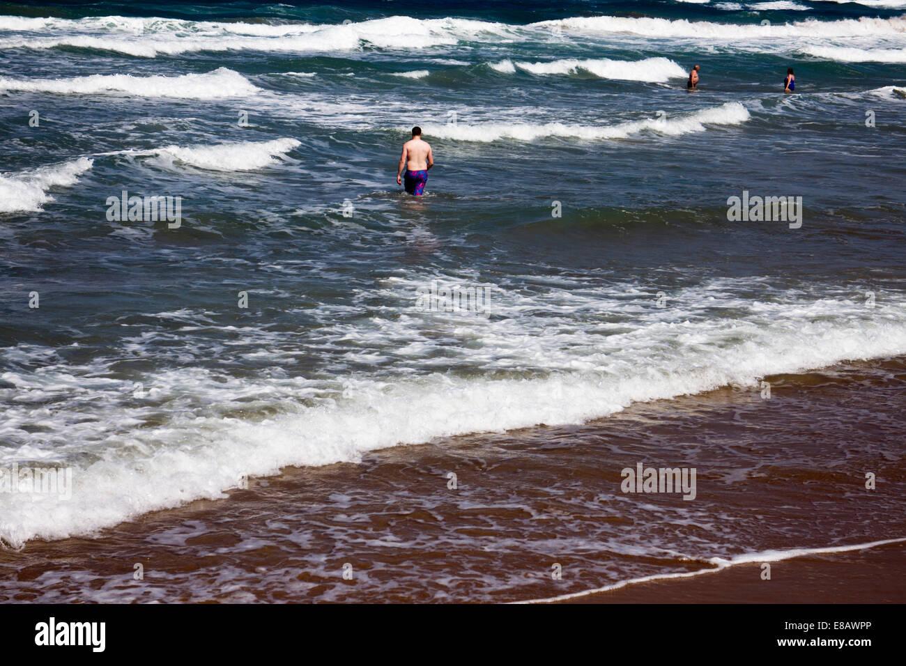 Mutige Schwimmer in rauer See Stockbild