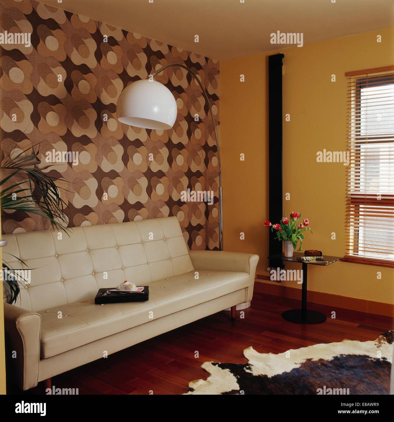Braun + Creme Abstrakt Gemusterten Tapete Hinter Creme Ledersofa Im 50er  Jahre Stil Wohnzimmer Mit Hohen Stehleuchte