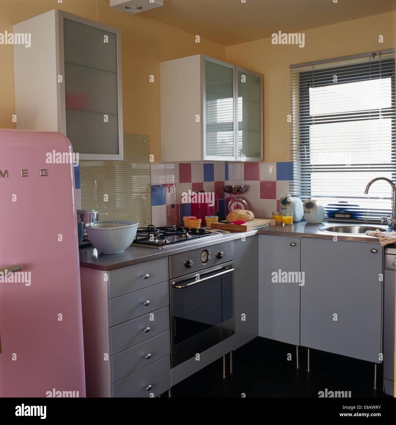 Edelstahl Ofen in kleinen Retro-Stil Küche mit Jalousie am Fenster ...