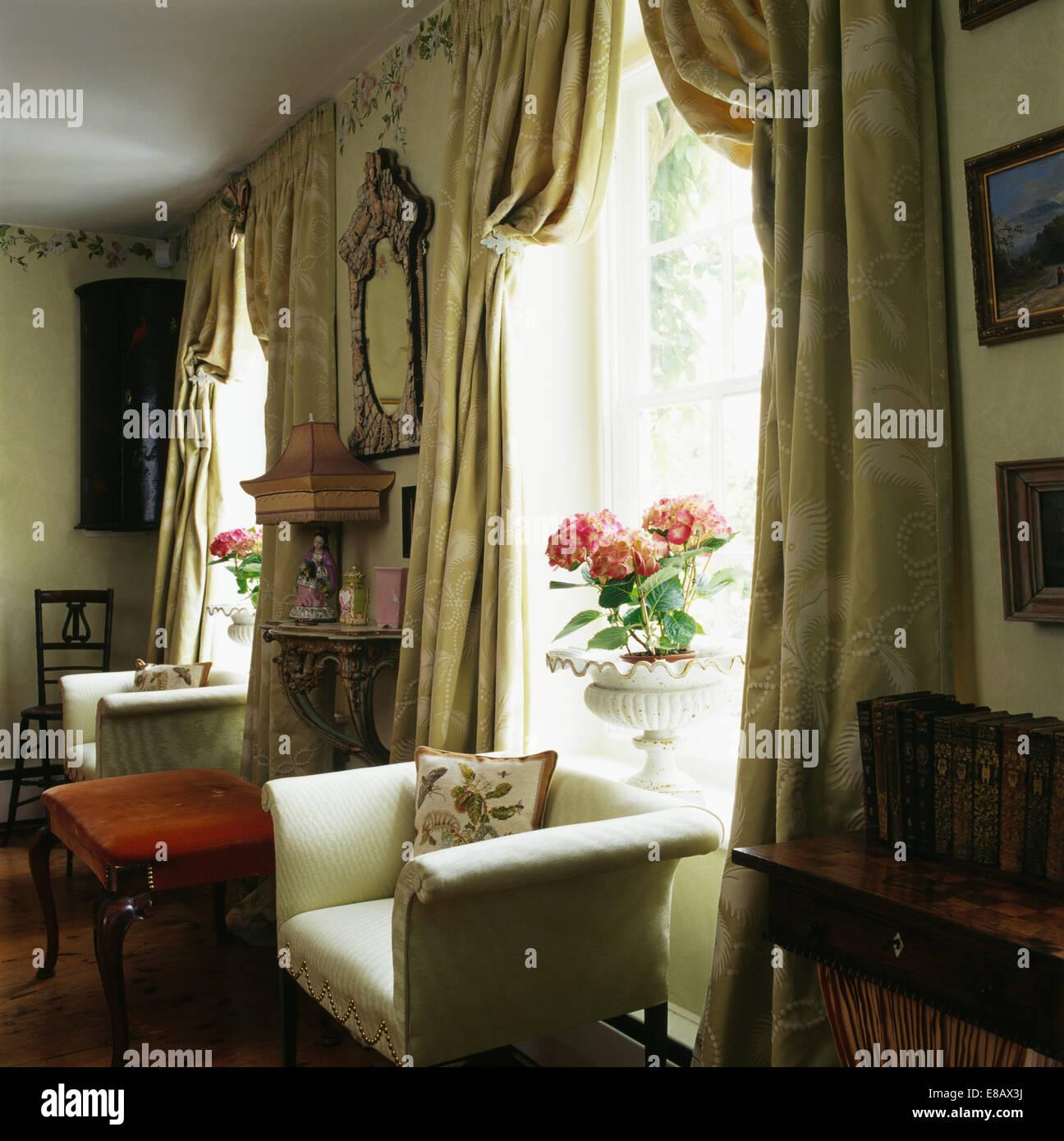 Cremefarbene Sessel Vor Fenster Mit Schweren Seidengardinen In Land Wohnzimmer