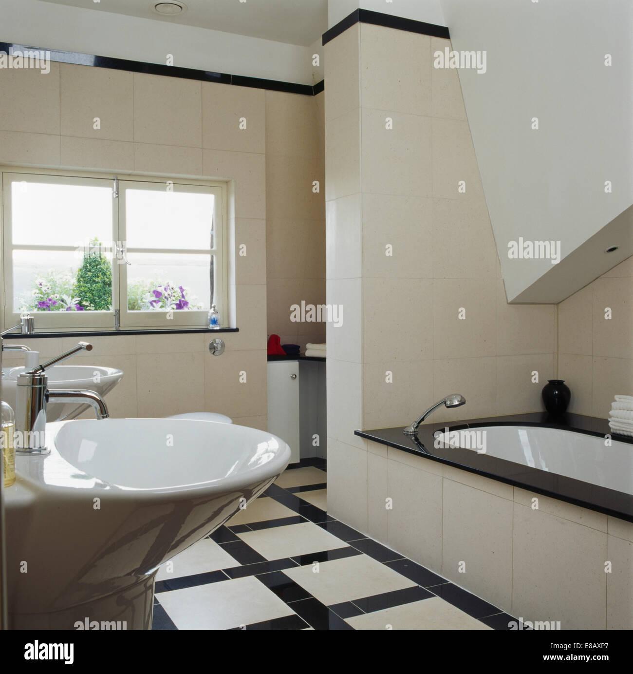 Schwarz + Weiß Gefliesten Boden In Modern Gefliestes Badezimmer Mit  Schwarzem Rand Auf Bad Gefliest