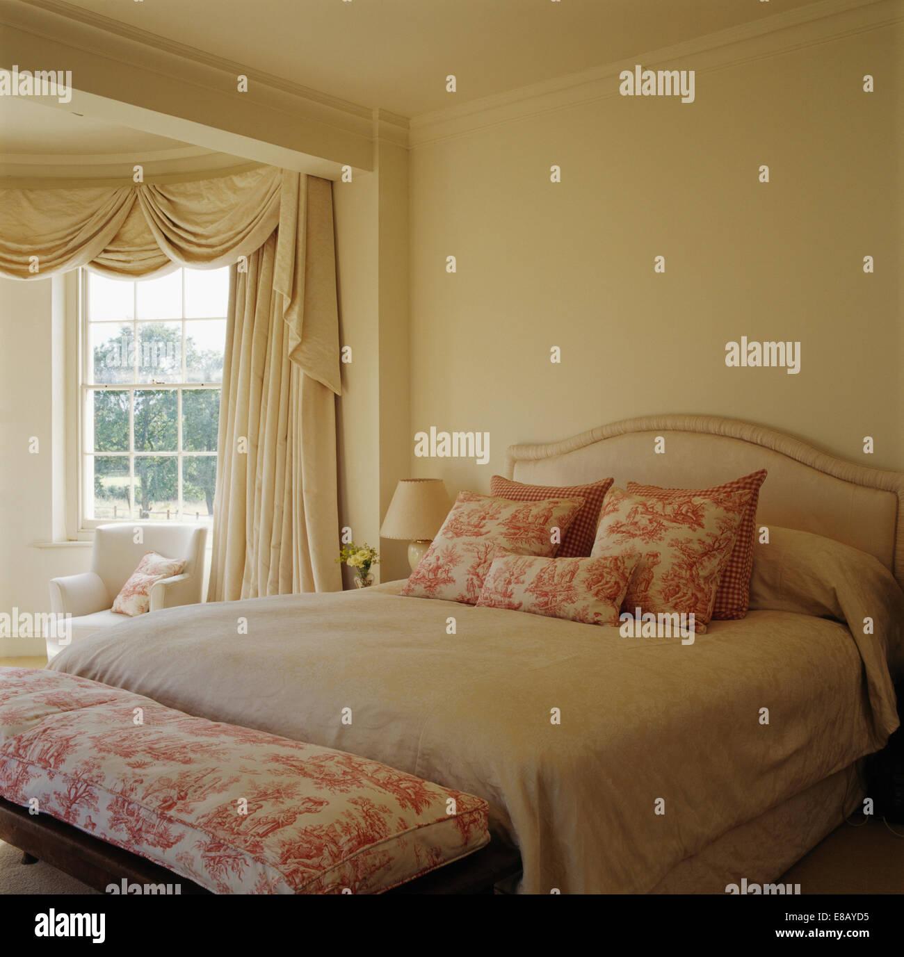 Rosa Toile De Jouy Hocker Und Passende Kissen Auf Dem Bett Mit