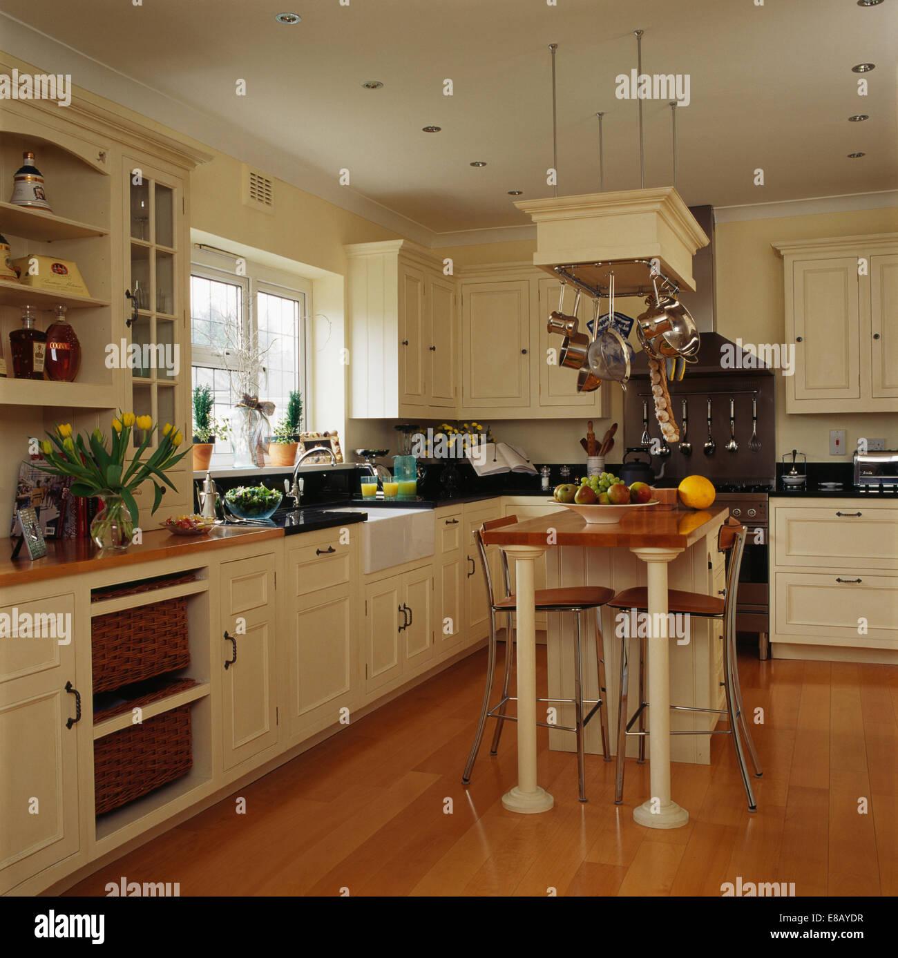 hocker unter fr hst cks bar auf der kleinen insel einheit im landhaus k che mit holzboden und. Black Bedroom Furniture Sets. Home Design Ideas