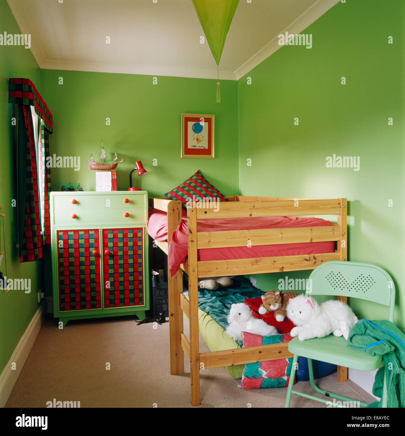 Etagenbetten Aus Holz Und Kleinen Grunen Schrank Im Kinderzimmer