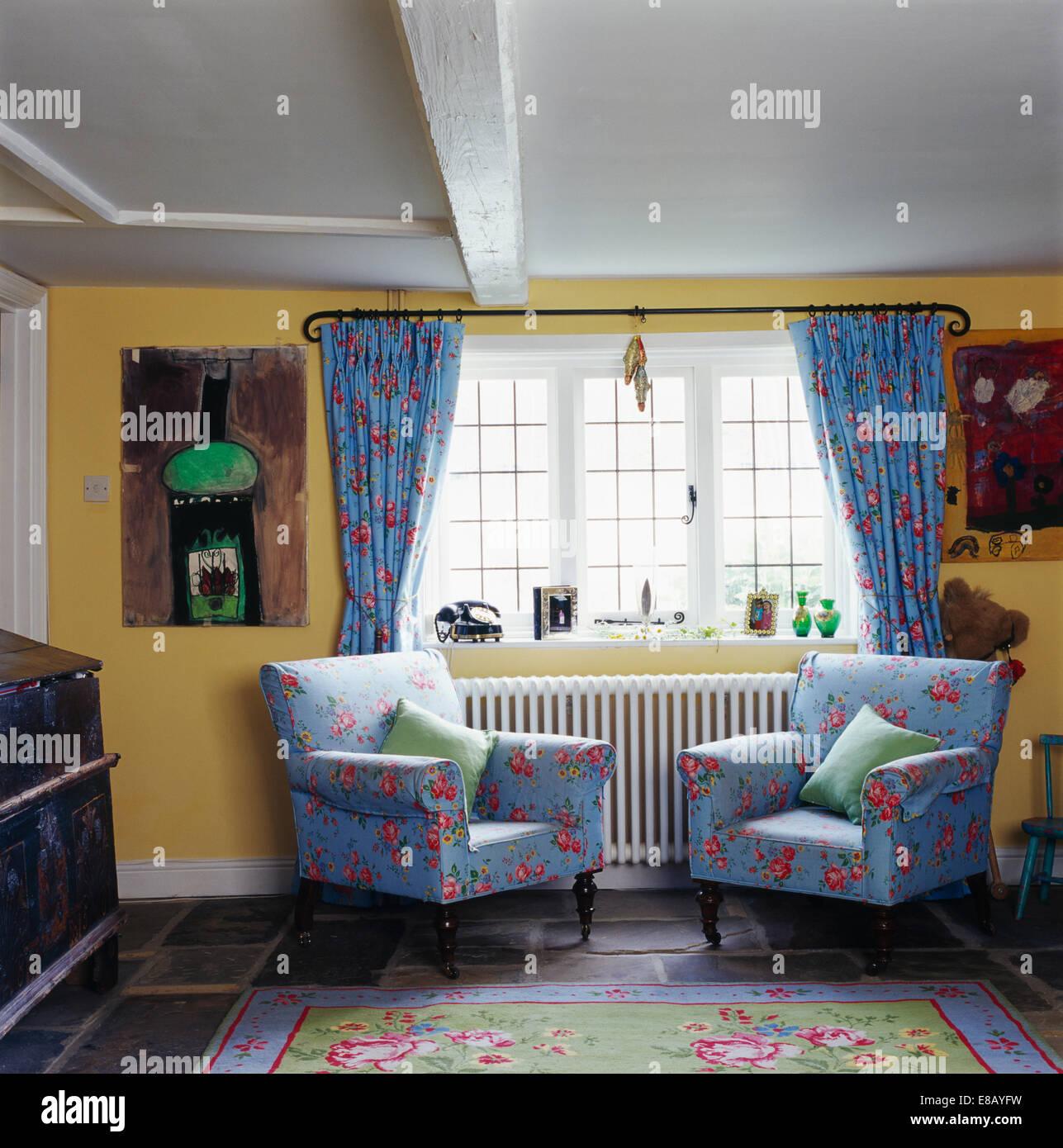 Blaue Blumen Sessel Neben Fenster Mit Passenden Blau Florale Gardinen Im Wohnzimmer  Gelb Land